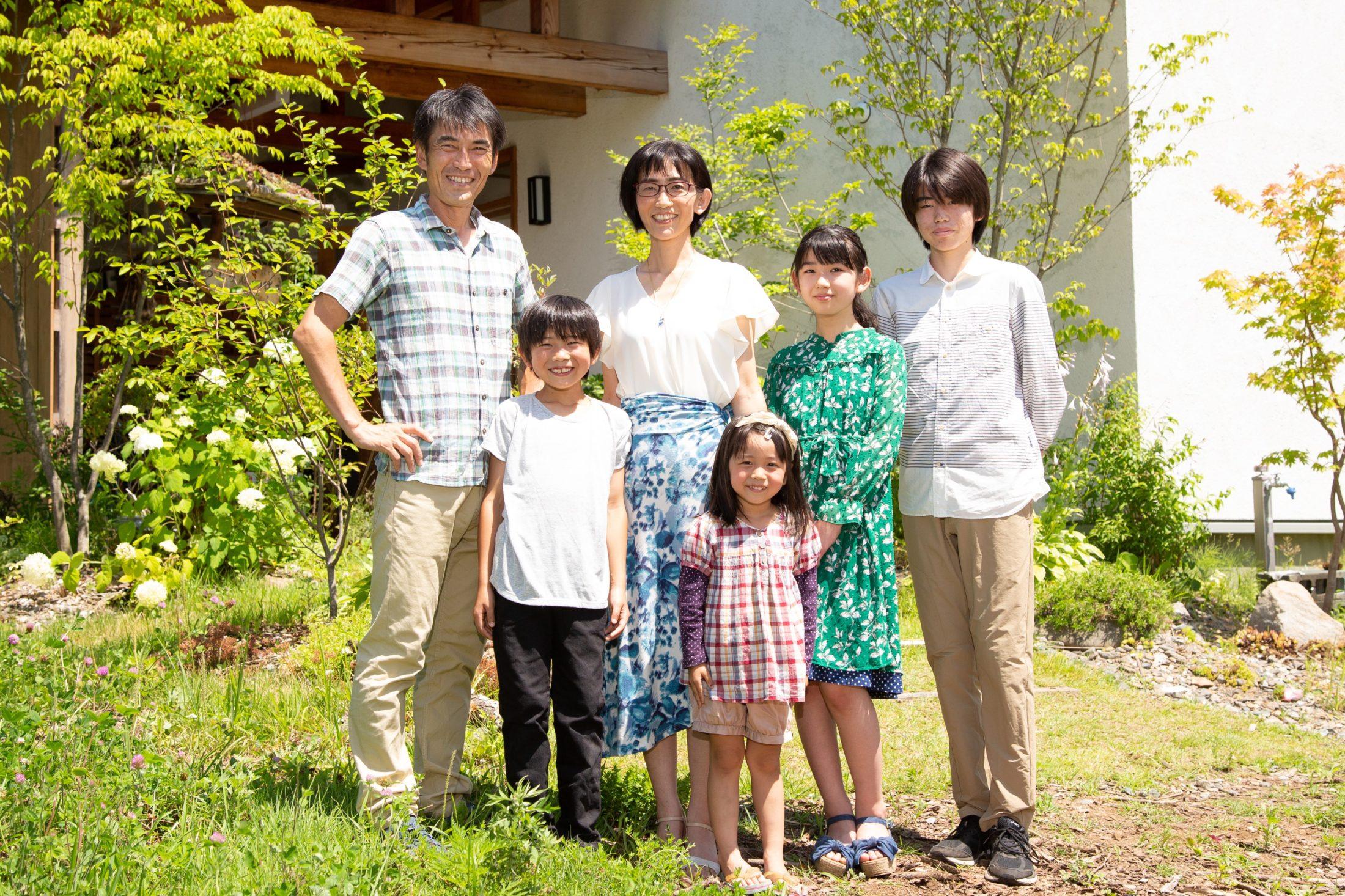 伊藤信子の家族です。高校生の長男、中学生の長女、小学生の次男、次女の6人家族です。